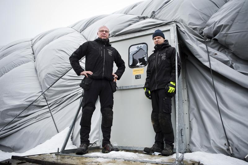 Teppo (vas.) ja Niko Miettunen kertovat, että kuplahalliin murtautuneet rikkoivat hätäpoistumisoven ikkunan ja saivat sen sitä kautta auki. Ovi myös jäi auki ja sai koko hallin romahtamaan.