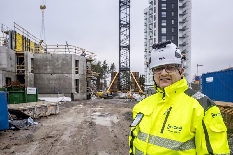 Nycon Oy:n toimitusjohtaja Håkan Nyman Kokkolan Pikiruukkiin nousevan toisen 12-kerroksisen kerrostalon rakennustyömaalla. Hänen mukaansa rakennusalan työnjohtajia koulutetaan liian vähän.