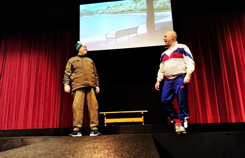 Copywriter Pekka Kirnuvaara (Sauli Isokoski) ja hammaslääkäri Esko Kirnuvaara (Harri Kaltiala), isättömät veljekset, löytävät toisensa ja lähtevät selvittämään isän kohtaloa aina Australian peräkyliin asti Juurihoito -näytelmässä.