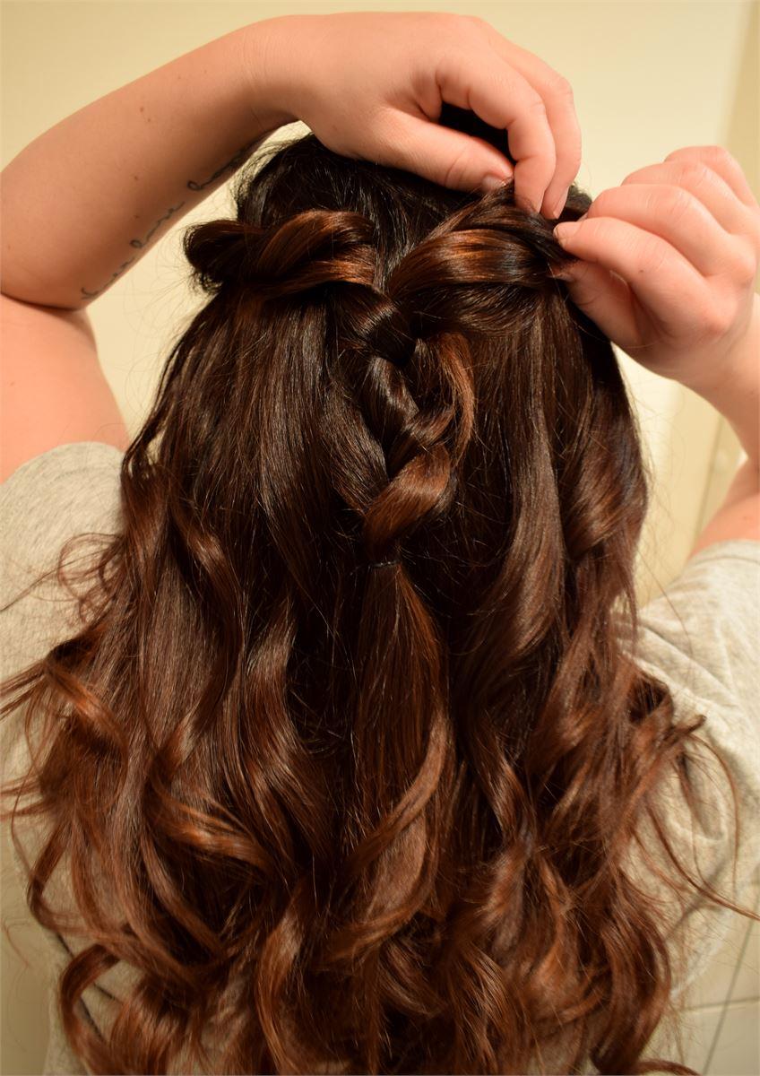 4. Nyt voit hieman löysätä sivujen kierteitä vetämällä niitä varoen auki, näin saat ne rennomman ja pehmeämmän näköiseksi. voit myös tarvittaessa avata lettiä vetämällä sen reunoja. Tämän jälkeen lisää hiuslakkaa ja tee sillä kestävä kiinnitys kaikkialle hiuksiin.