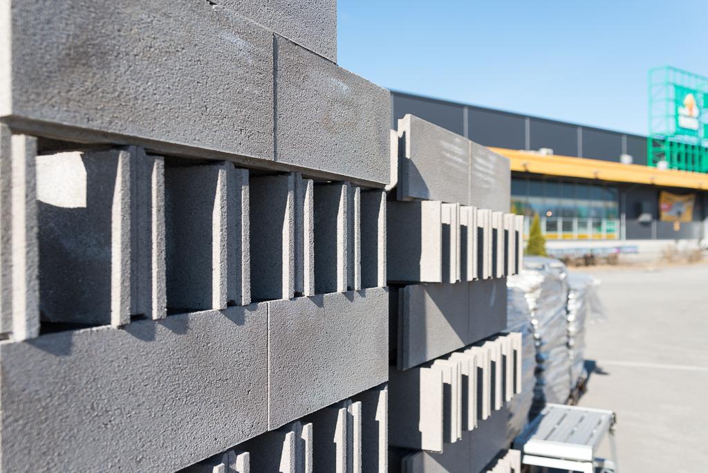 Terran kivipihalta löytyy sekä betonitolppia että pihakiviä.