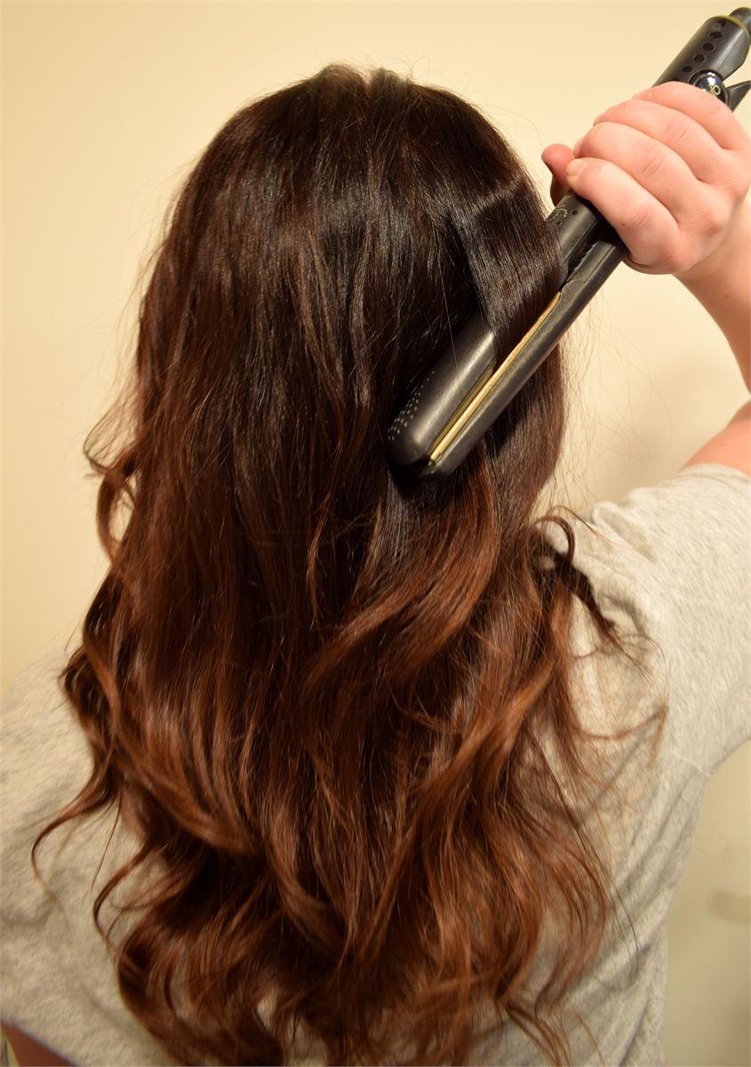 1. Kiharra hiuksesi loivalle kiharalle esimerkiksi muotoiluraudalla. Jaa hiukset esimerkiksi kolmeen osaan, aloita alhaalta ja kiharra viimeisenä päällä oleva osa. Voit jo tässä vaiheessa käyttää kevyesti hiuslakkaa kiharoiden kiinnitykseen.