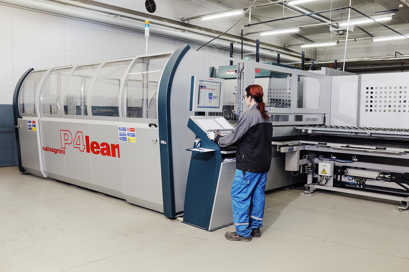 Elsteelin uuden taivutusautomaatin myötä työskentely on mielekkäämpää ja tuotanto tehokkaampaa. Työn touhussa Annu Uusi-Pohjola.