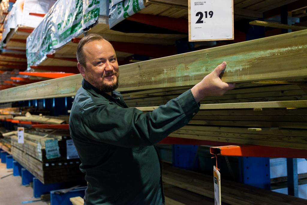 Peter Strömsholmin mukaan painekyllästetty 28x145 lauta sopii erinomaisesti terassin rakentamiseen.