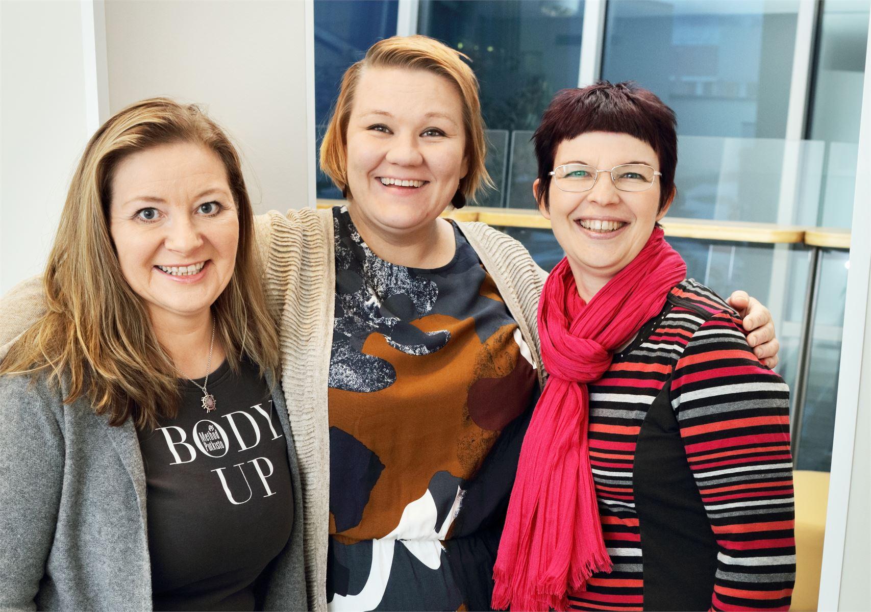Hyvinvointialan yrittäjät Kati Nyman, Mari Huistinoja ja Virpi Hoffrén (vasemmalta oikealle) puhuvat pienyrittäjien yhteistyön puolesta. Kuva Jan Sandvik