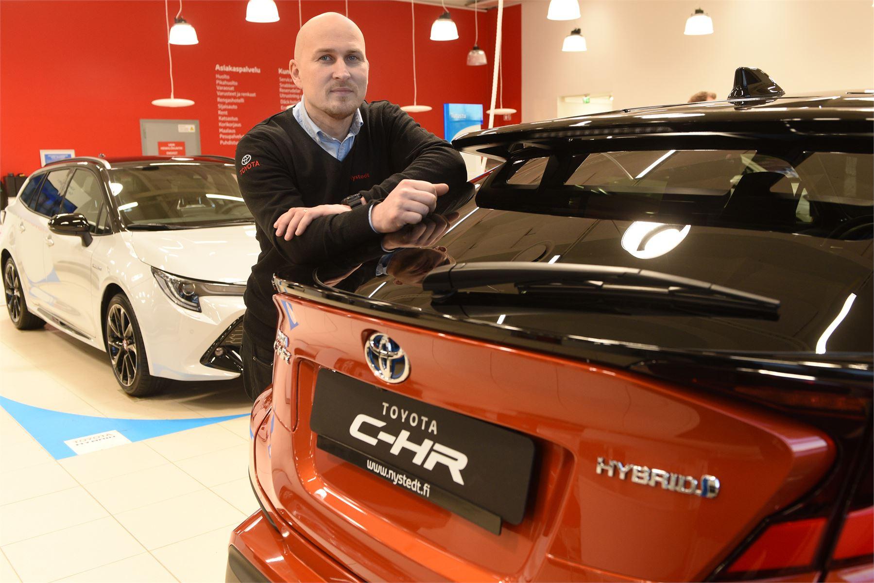 Automyyjä Jouni Karjalainen on huomannut, miten kuluttajien kiinnostus ekologiseen ajamiseen on lisääntynyt jatkuvasti.