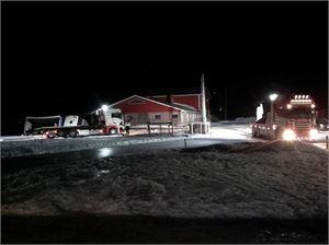 Maatilan pihalle kaatunut raatoauto (kuvassa vasemmassa laidassa kumollaan) jouduttiin tyhjentämään ennen kuin se saatiin takaisin tielle.