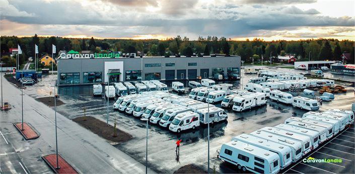 Uusissa tiloissa on sisällä pääsääntöisesti uusia matkailuajoneuvoja ja ulkona käytettyjä.