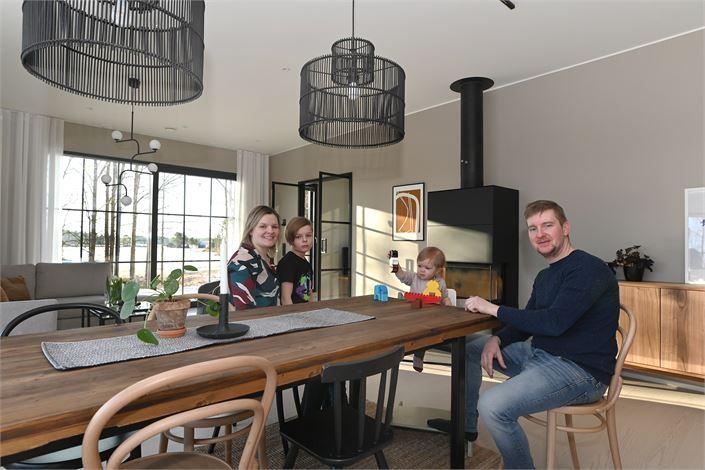 Lillqvist-Cederholmin perhe uudessa kodissaan: Linn ja Robert sekä lapset Milou ja Mio. Hurmaavan Maxi-koiran tapaat viimeisessä kuvassa.