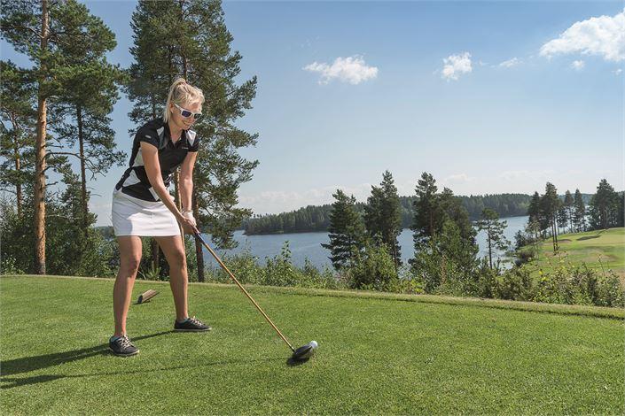 Tahkon golfkentät ovat maankuuluja kauneudestaan ja pelaajaystävällisyydestään. Golfkesää värittää noin satakunta erilaista golftapahtumaa, joista osa ei ole edes niin kovin vakavia.