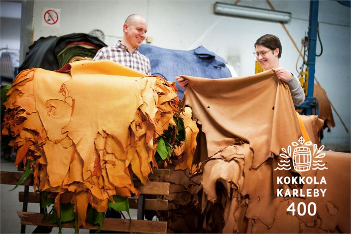 Hirvennahan lisäksi Kokkolan Nahka valmistaa jakin- ja peurannahkoja. Kuvassa toimitusjohtaja Juha Örnberg ja kehitysjohtaja Mirva Kenttämies.