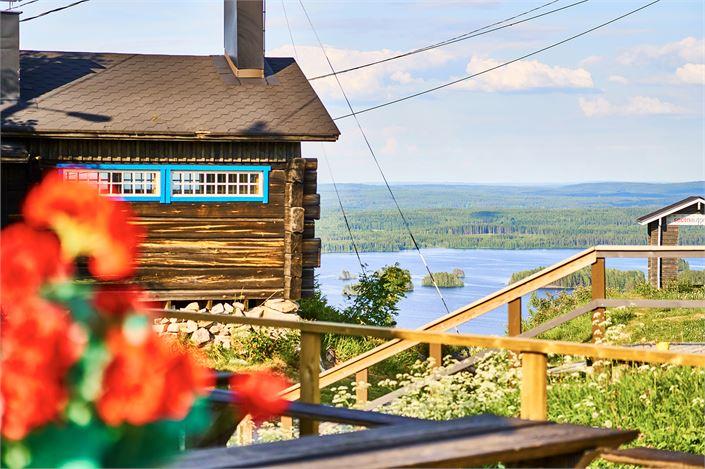 Tahkon huipun sykähdyttävissä maisemissa voit nauttia herkullisista ravintolaelämyksistä, liikunnallisista aktiviteeteista ja puusaunan lempeistä löylyistä.