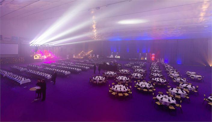 Tässä hallissa odotetaan juhlatilaisuuden alkua tunnelmavalaistuksessa.