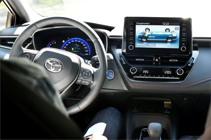 Uuden Corolan kuljettajan mittaristoa: Keskellä olevasta näytöstä näet esimerkiksi milloin auto käyttää poltto- tai sähkömoottoria.