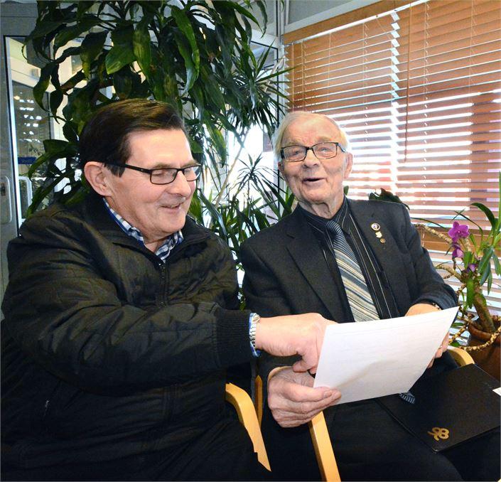 Keräysvastaava Martti heikkilä ja sotainvalidien pj Veikko Junttila kehottavta ihmisiä varaamana käteistä enis keskiviikolle. KUVA SEIJA KRAPU