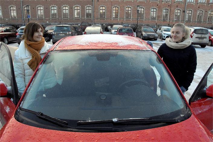 Pietarsaarelainen Heli Viitala opetti tyttärensä Salla Rudnäsin ajamaan. Ajokortti tuli viime kesänä. KUVA: TAPIO LEHTINEN