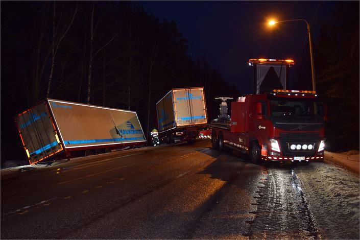 Rekkayhdistelmän ojaanajo katkaisi liikenteen Kolpintiellä moneksi tunniksi. Kuva: Kimmo Rudnäs