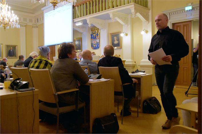 Vasemmistoliiton Timo Itälehto haastoi räväkällä esiintymisellään päätöksentekoon osallistuneita viranhaltijoita.  Kuva: TAPIO LEHTINEN