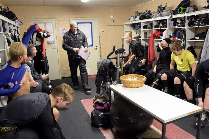 Jeppis Hockeyn pukukopissa oli keskiviikkona rento tunnelma. Nuori joukkue on täyttänyt tähän asti odotukset, mutta nyt panokset nousevat. Kuva: Kimmo Rudnäs