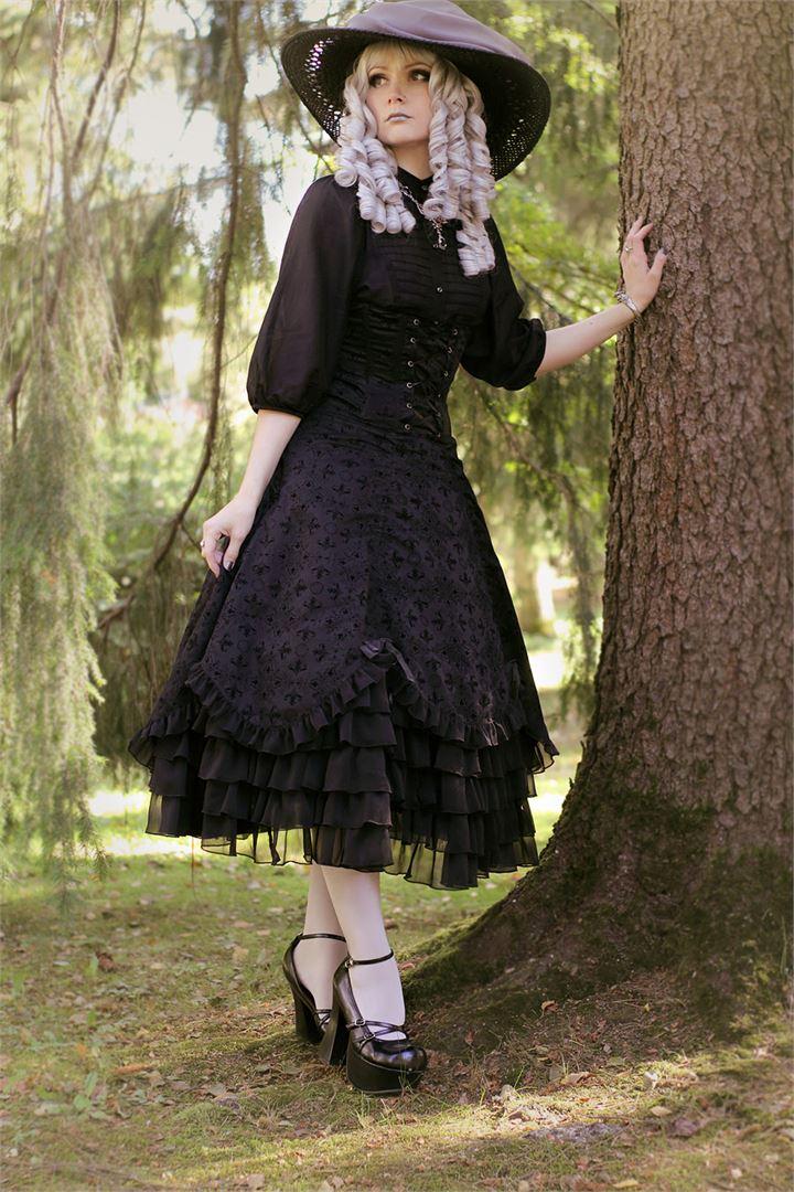 Lolita voi leikitellä väreillä, mutta välillä pelkkä mustakin toimii.