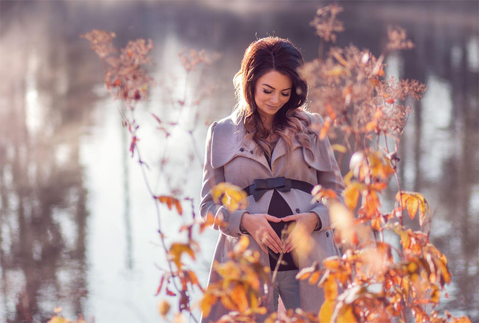 Aviomies, pieni lapsi ja pian syntyvä toinen lapsi täyttävät Tanjan arjen. Kuva Oona Jokinen