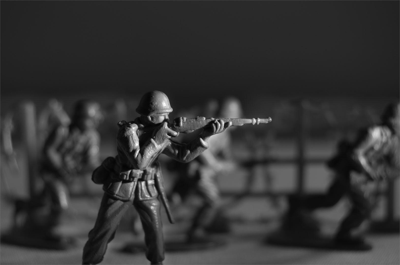 Miinalaisen mukaan voisimme vastata vieraan vallan hyökkäykseen esimerkiksi lakkoilemalla.