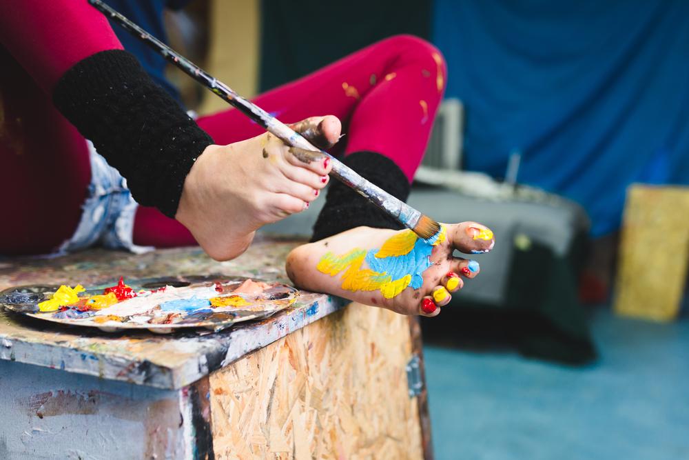 Työelämän vaatimuksiin kuuluu nykyään varpailla maalaaminen.