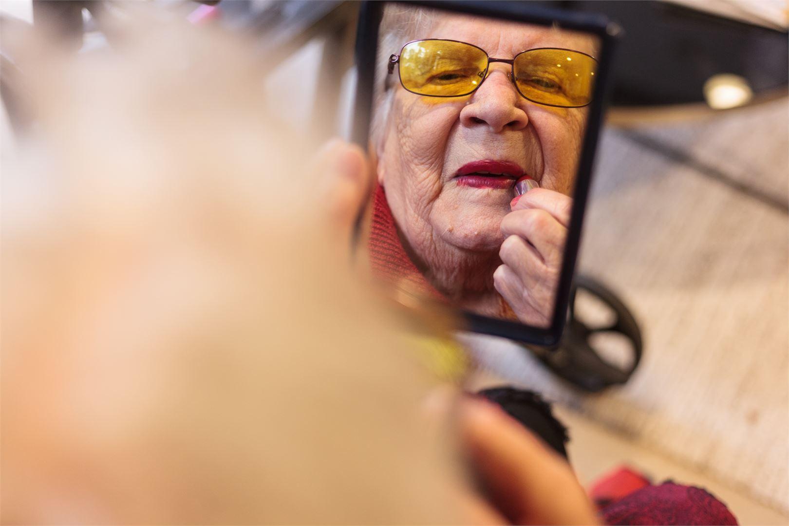 Aune Kallioinen oli vähällä menettää näkönsä, joten nyt hän osaa arvostaa näkemäänsä kauneutta entistä enemmän. Kuva Satu Keski-Rahkonen