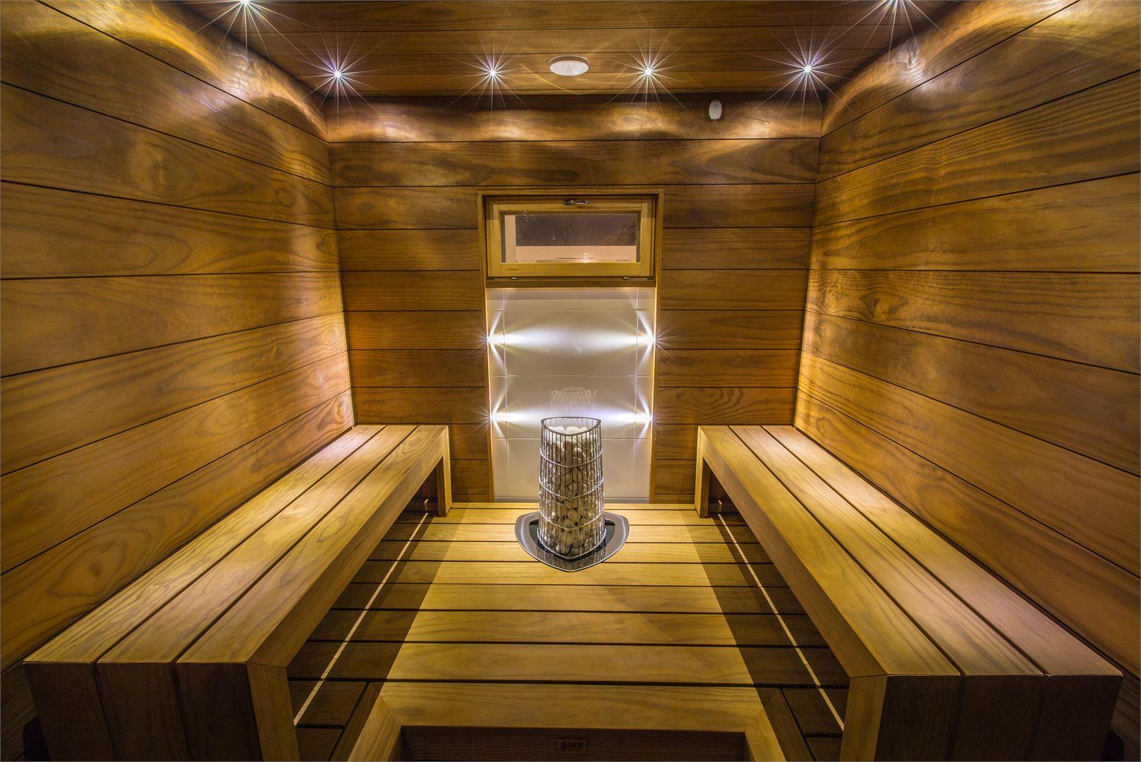 Välillä asiakkaat esittävät myös erikoisia toiveita: eräs asiakas toivoi saunaan televisiota. Tässä saunassa tunnelmaa luodaan valoilla.