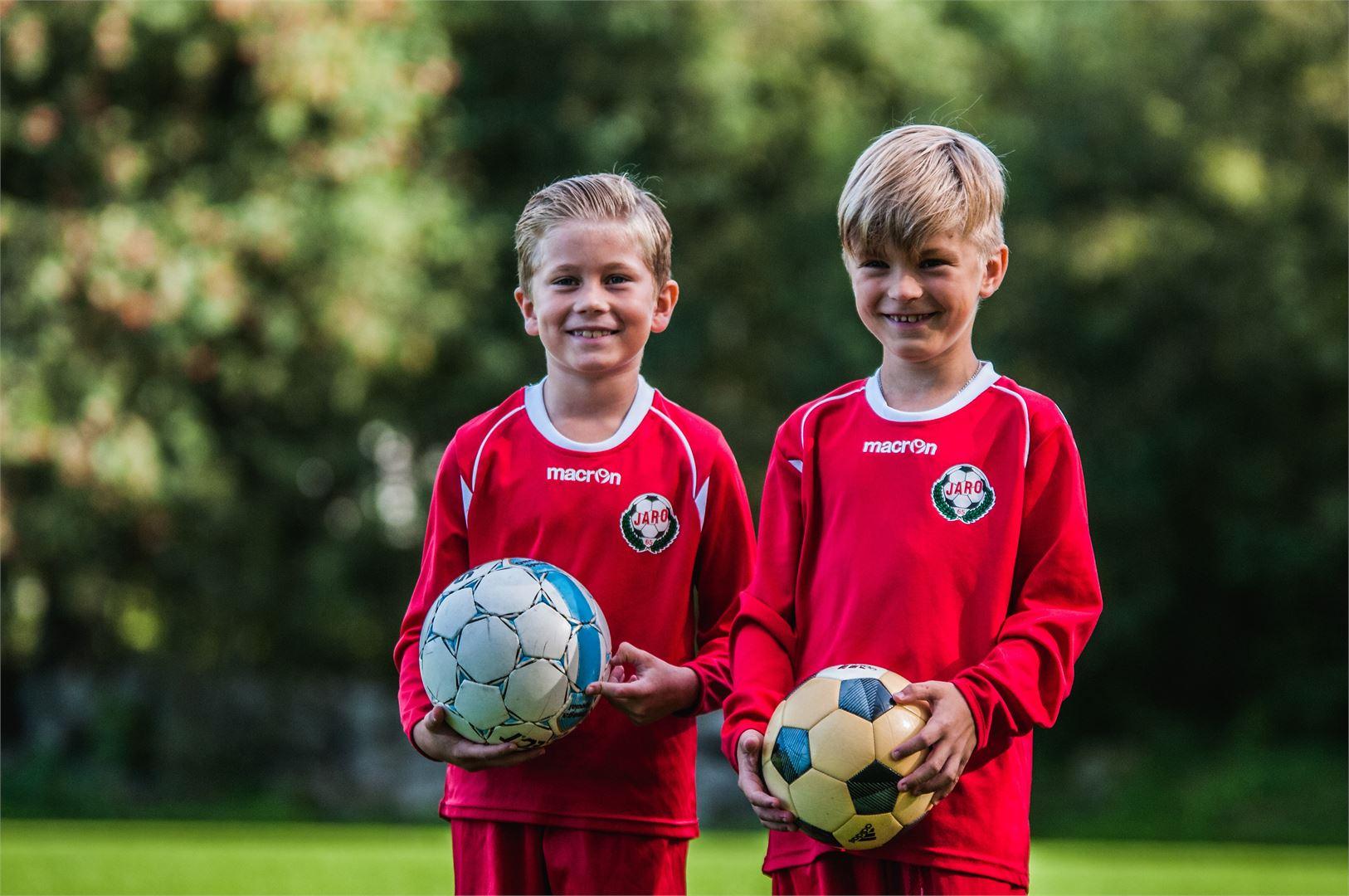 FF Jaron punaisissa paidoissa pelaavat Theo Stenman ja Leo Boströmin ovat Pietarsaaren sympaattisia jalkapalloilijoita.