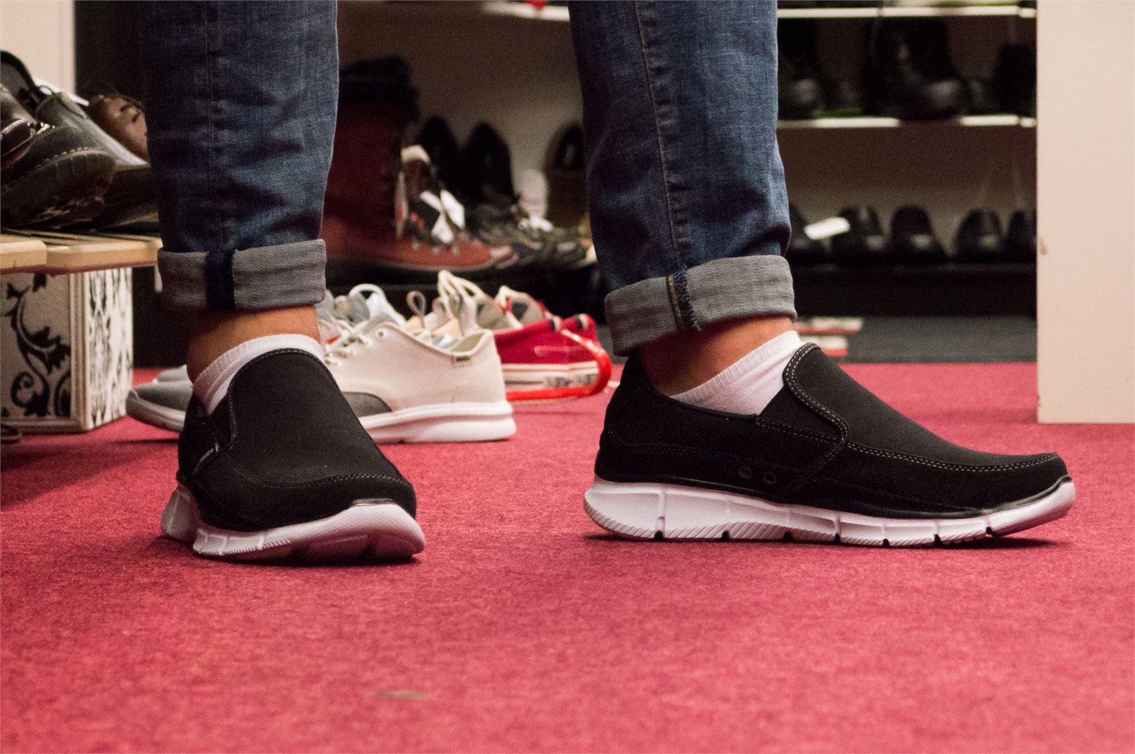 Nämä kengät käyvät töihin ja vapaa-aikaan. Skechers 100 euroa.