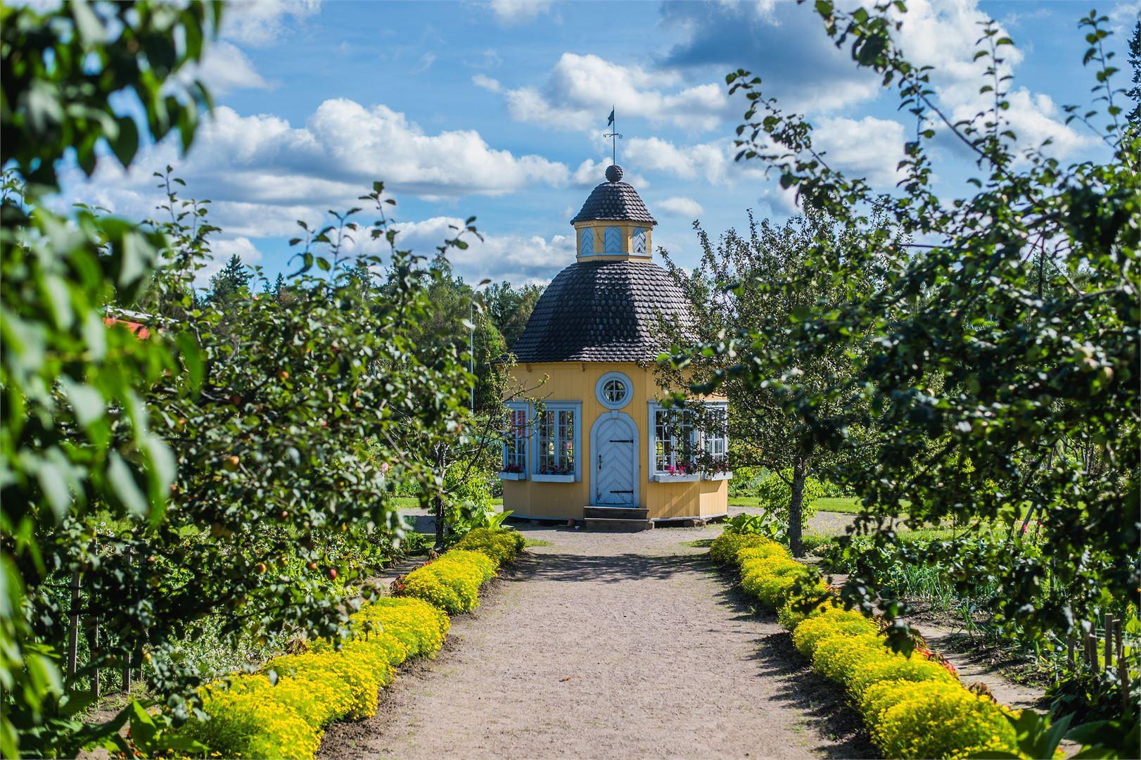 Aspegrenin puutarha on Suomen vanhimpia pappilapuutarhoja ja on Pohjoismaiden tasollakin harvinaisen hyvin säilynyt kulttuuriympäristö. Puutarhasta löytyy Suomen sympaattisin huvimaja.