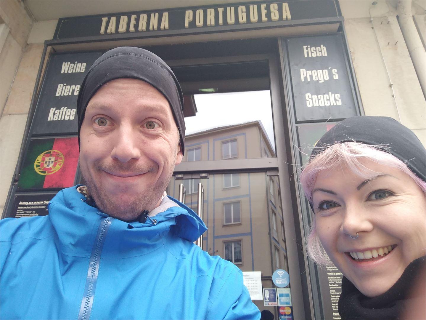 Välillä nopeiden wifien löytäminen on vaikeaa. Tässä Sara ja Joni seisoivat puolisen tuntia ladaten offline-karttoja ennen Tsekin rajan ylitystä.
