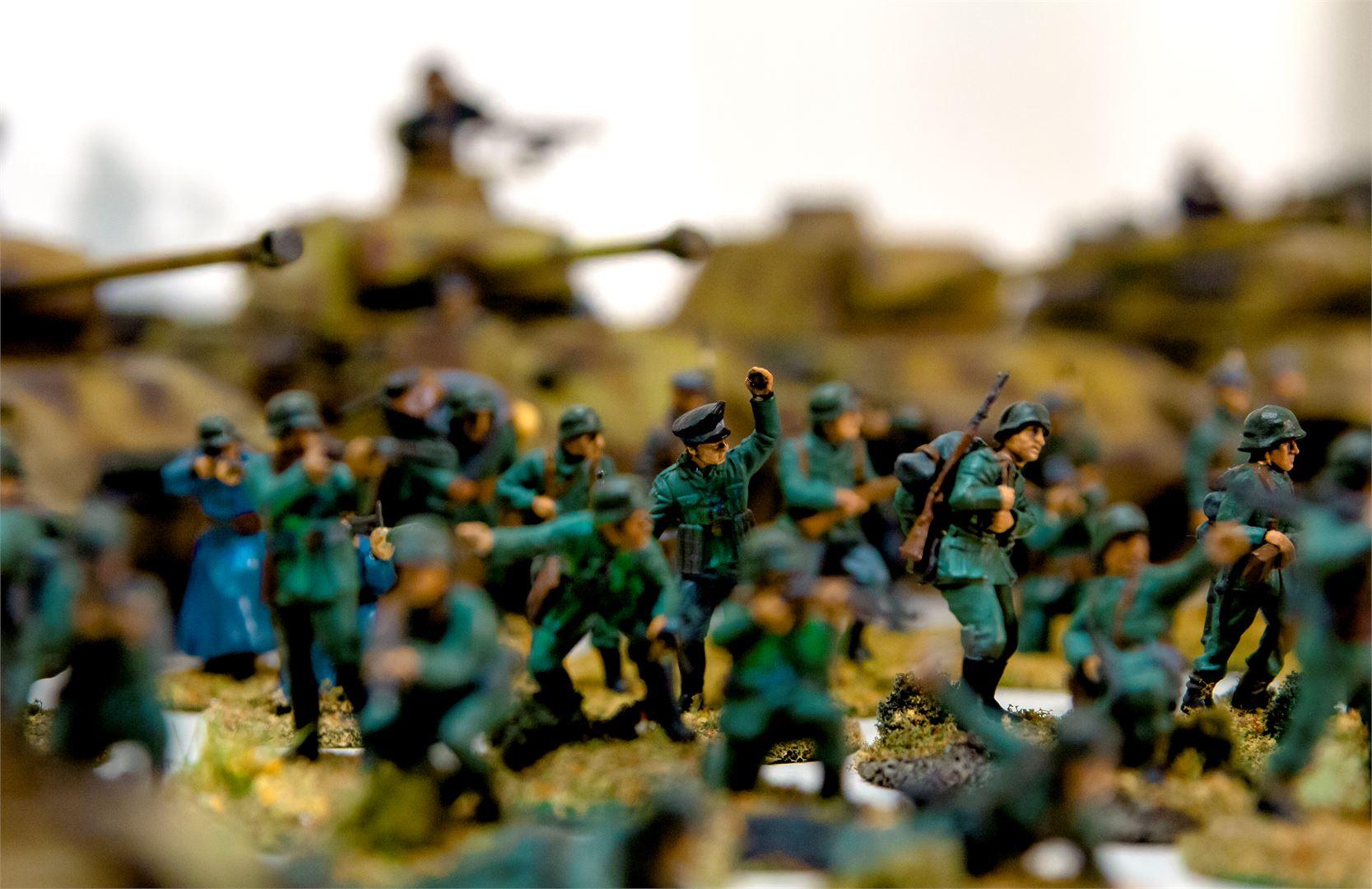 Saksalaissotilaita ajoneuvoineen.