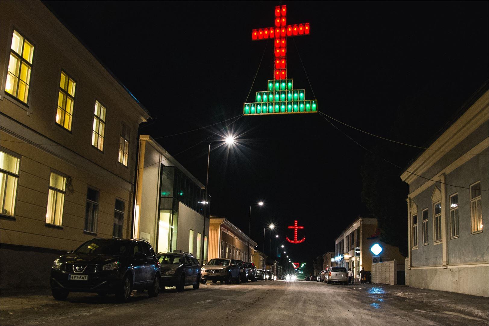 Pietarsaaren Usko-Toivo-Rakkaus -valot ovat näkemisen arvoisia.