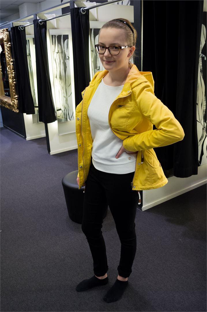 Minttu valitsi itselleen Piecesin mustat farkut (24.99€), Onlyn valkoisen puseron (29.90€) ja Onlyn keltaisen takin (49.99€).