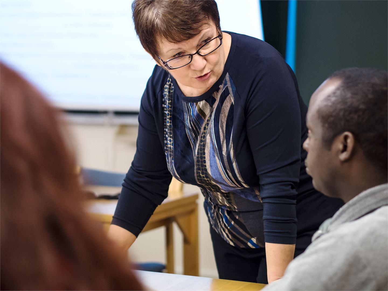 Aili Mehiläinen toimii Helsingin työväenopistossa suunnittelijaopettajana.