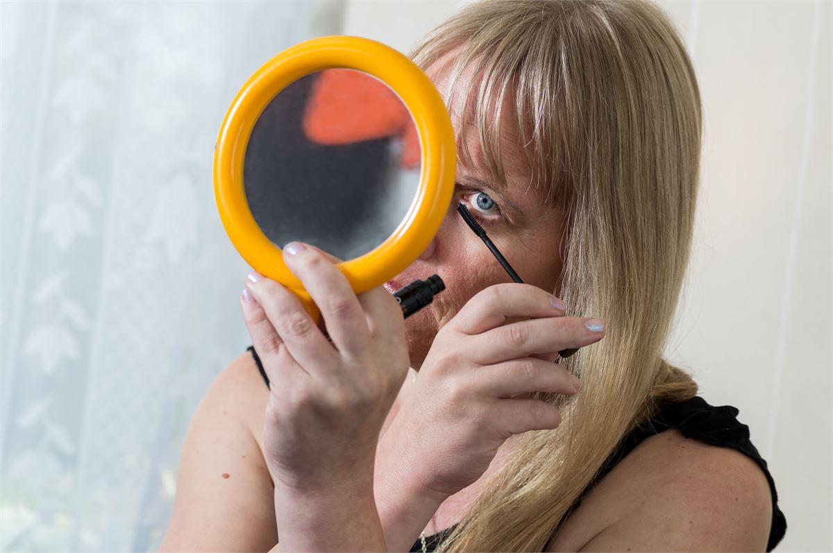 Anne Kauppinen haluaa olla naisellinen nainen ja käyttää hameita ja meikkiä mielensä mukaan. Kuva Reetta Ängeslevä
