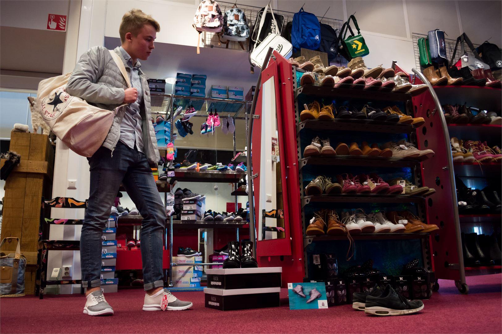 Arttu valitsi itselleen Conversen luonnonvalkoisen treenikassin (65€) ja sille pariksi Vansin vaaleat kangaskengät (110€).