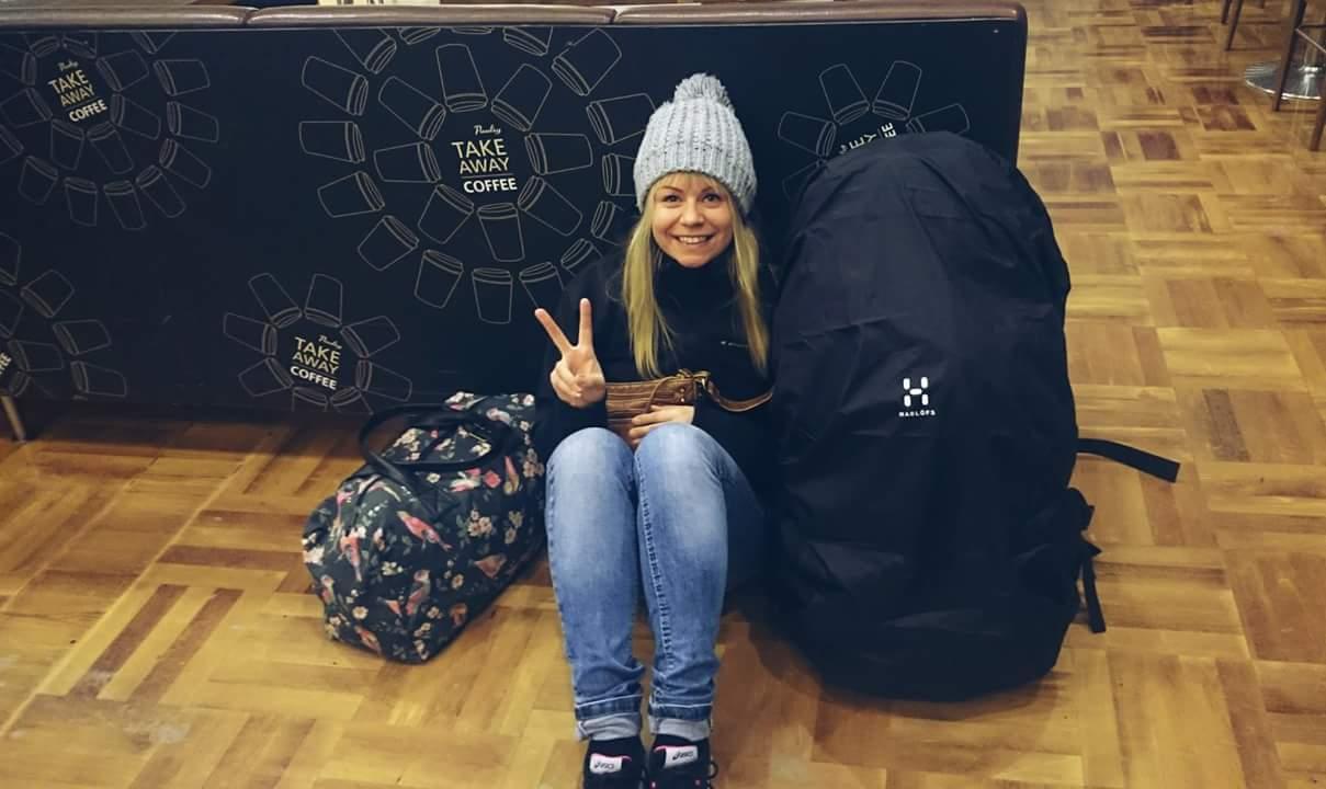 Reissuun lähtijää hymyilytti tammikuussa 2016 Helsinki-Vantaan-lentokentällä.