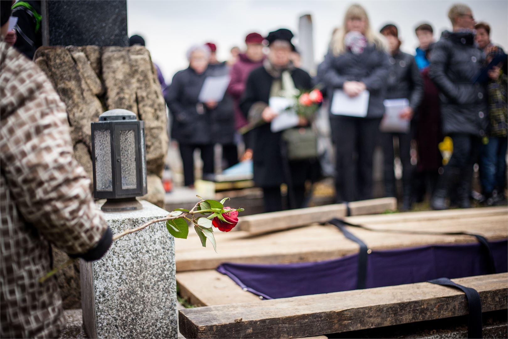 Viimeistään haudalla seisoessa voi menetyksen tuska tulla rajusti päälle.
