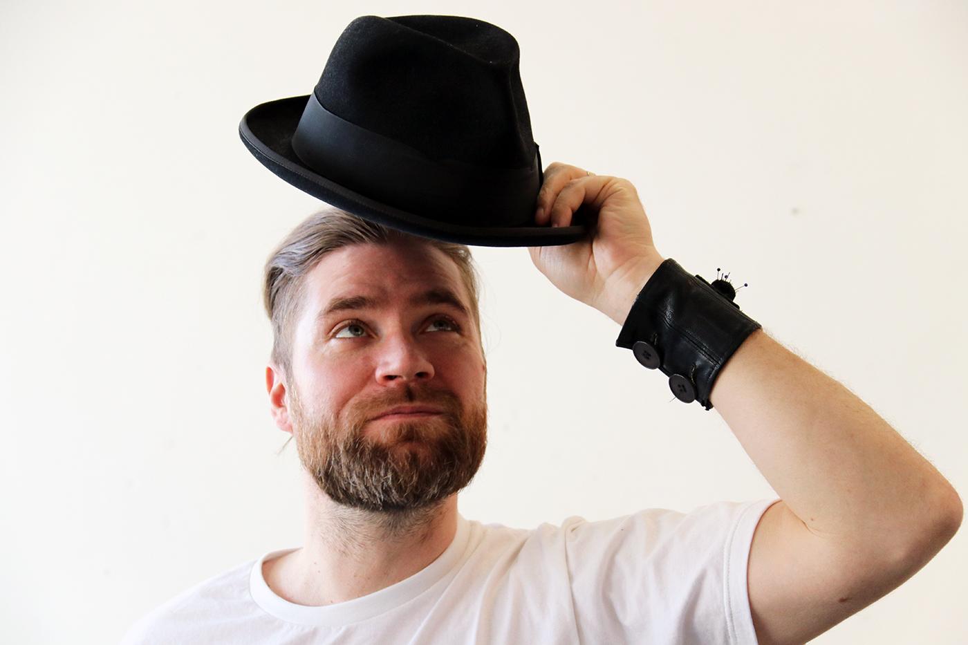 Hatut ovat Koomamiehen tavaramerkki.