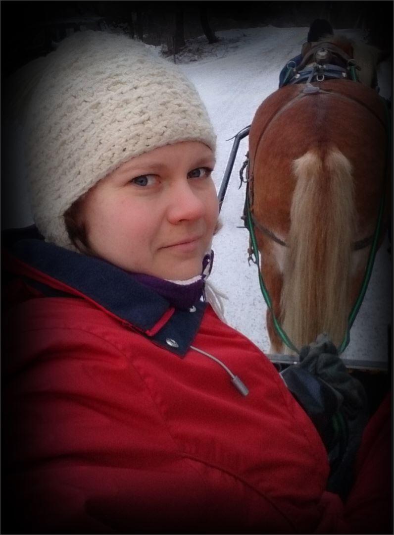 Noora Ruuth rakastaa työtään hevosten parissa, sillä eläinten kanssa syntyy vuorovaikutusta, jota ei voi kokea avomaankurkkujen kanssa.