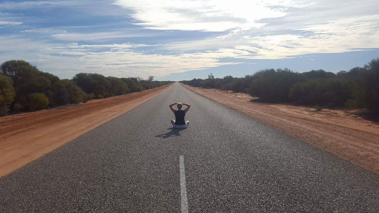 Australian loputtoman suora maantie vei matkalaista eteenpäin.