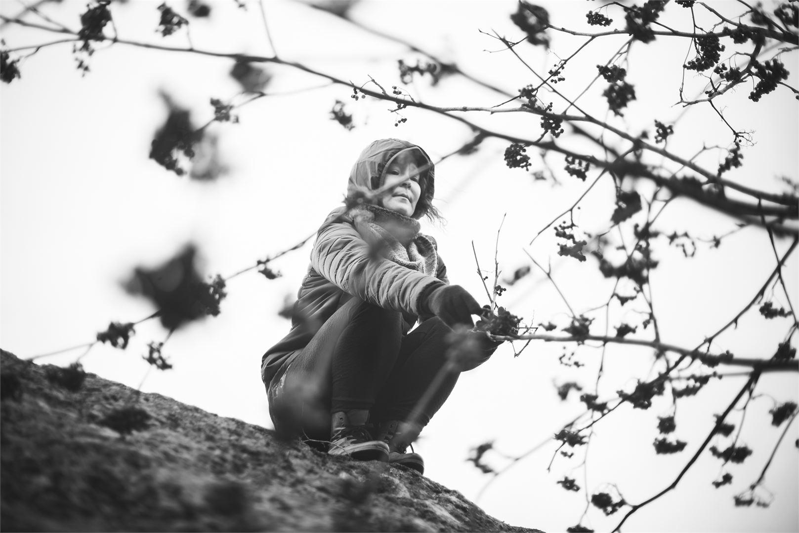 - On vahvuutta elää päivästä toiseen yksinäisyyden kanssa, Satu muistuttaa. Kuva Toni Forssell