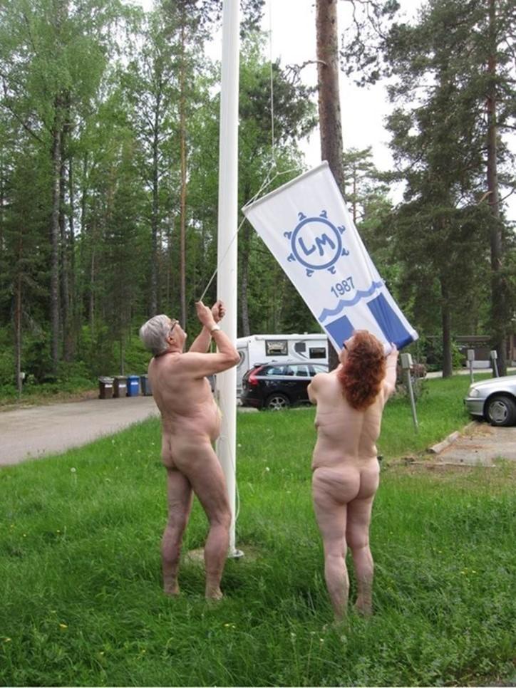Irene kuuluu miehensä kanssa Luonnonmukaiset Ry:hyn. Kuvassa on meneillään kesänavauksen lipun nosto.
