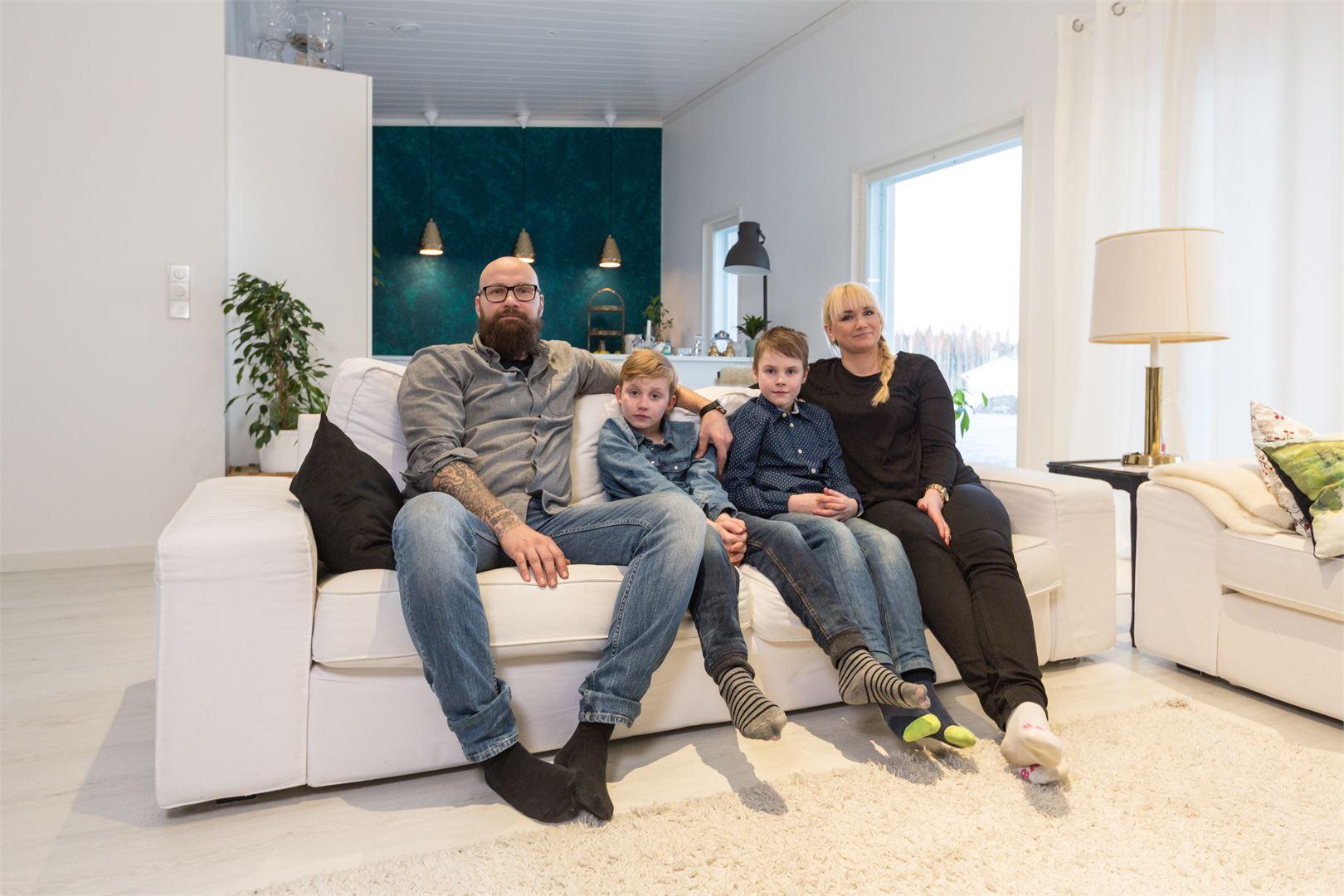 Perhe viihtyy uudessa kodissaan paremmin kuin hyvin.