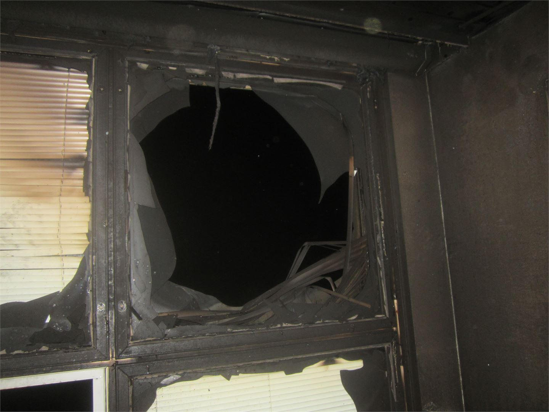 Elokuvahuoneen ikkunat räjähtivät liekkien voimasta. Jos räjähdys olisi tapahtunut pari minuuttia aiemmin, Jukka ei olisi enää elossa.