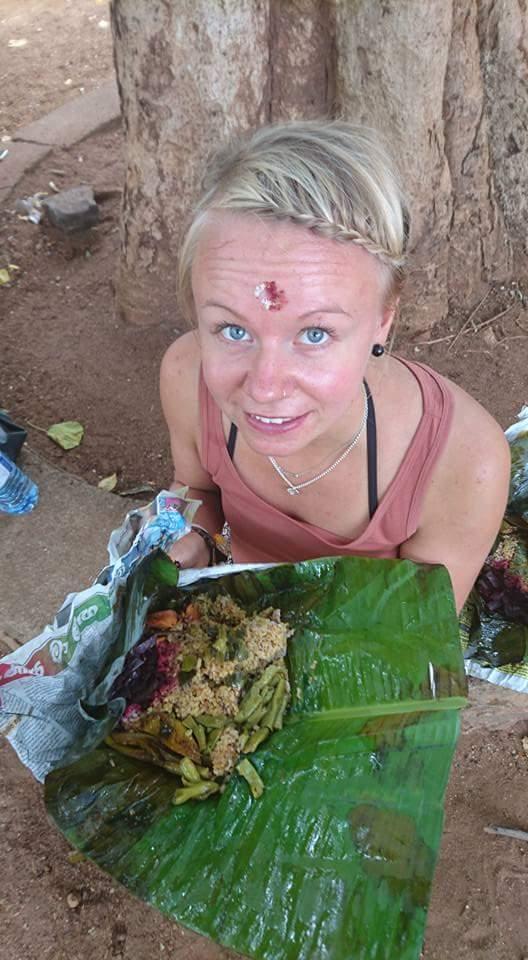 Srilankalainen ruoka-annos oli kääritty banaaninlehtiin ja nautittiin sormin. Hyvää oli.