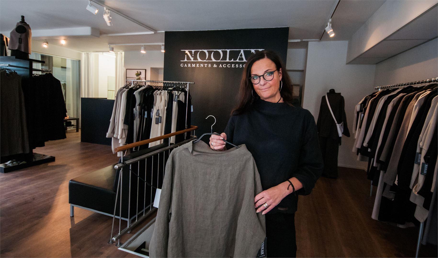 Marja Rakin luotsaama Noolan on saanut sekä Taito- että Suomi-palkinnon ekologisesta työstään vaatetusalalla.